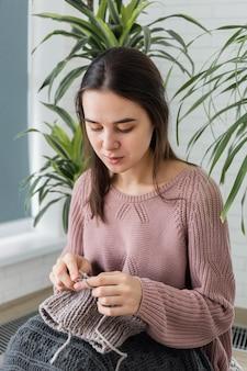Portrait femme à la maison tricot