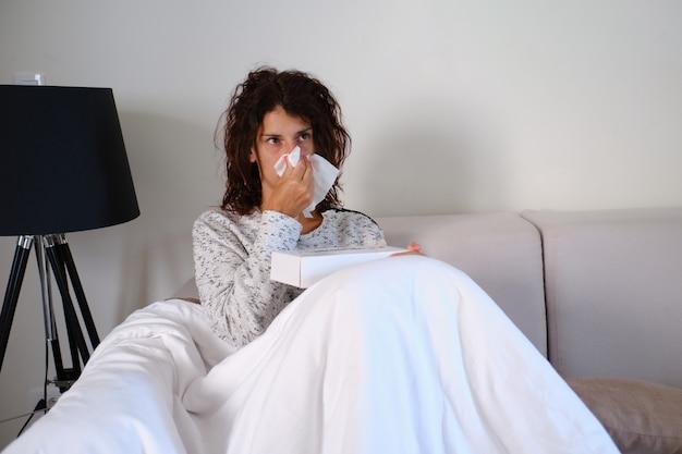Portrait de femme malade symptômes de grippe ou d'allergie.