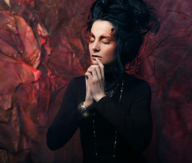 Portrait de femme avec maquillage artistique en fumée bleue, fête le
