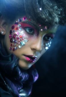 Portrait de femme avec maquillage artistique en fumée bleue