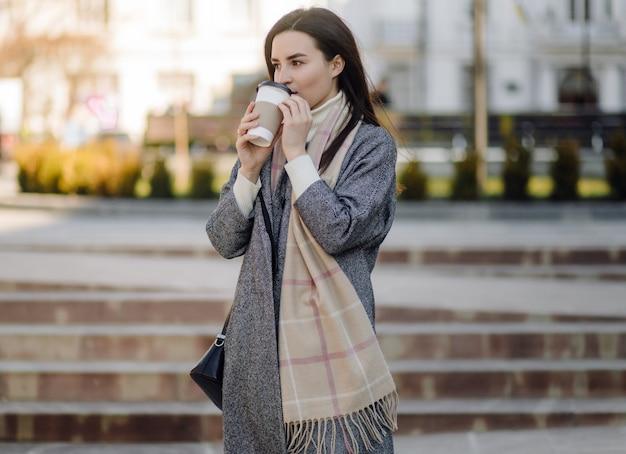 Portrait de femme marchant dans la rue