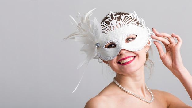 Portrait de femme avec masque de carnaval
