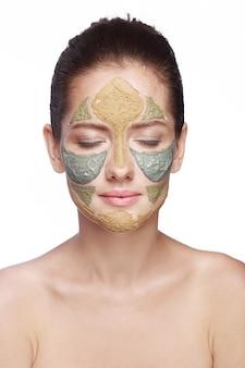 Portrait d'une femme avec un masque cosmétique sur son visage