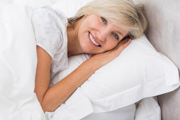 Portrait d'une femme mature au repos au lit