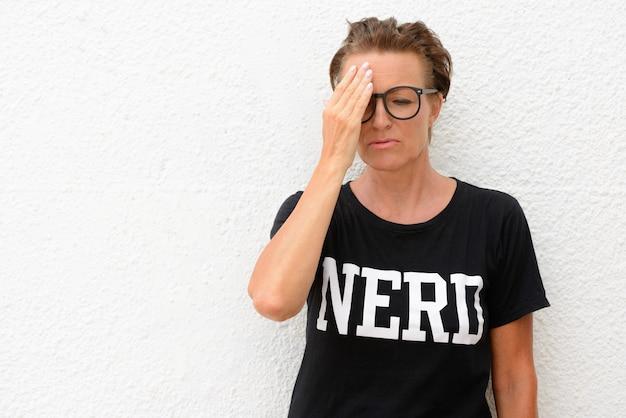 Portrait de femme mature belle nerd portant des lunettes isoalted