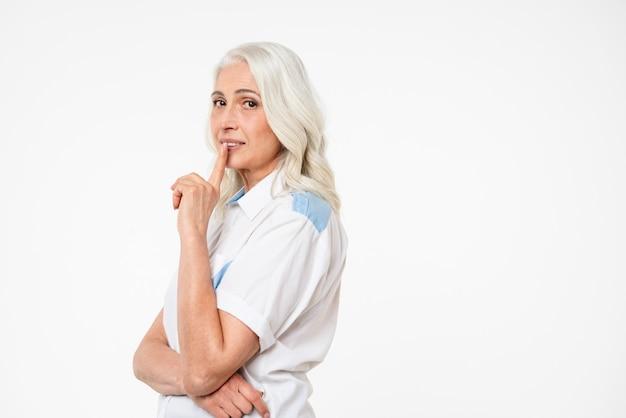 Portrait d'une femme mature montrant le geste de silence
