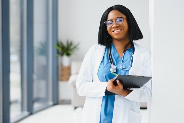 Portrait de femme médecin africaine sur le lieu de travail