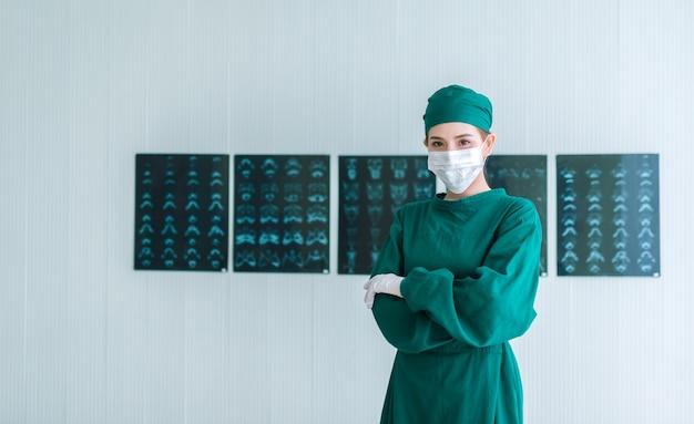 Portrait de femme médecin chirurgien en gommage vert