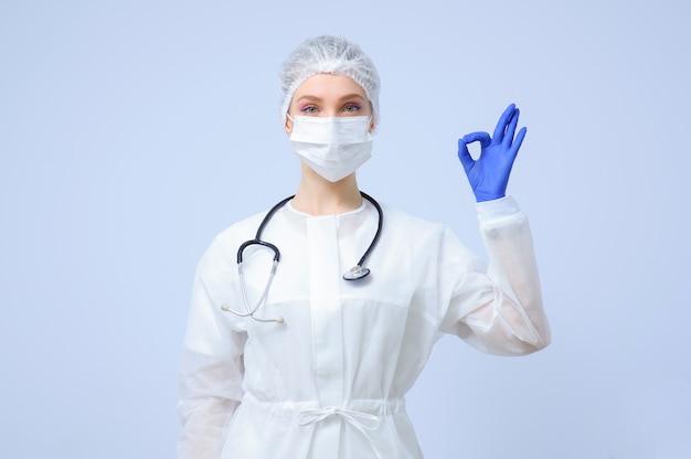 Portrait d'une femme médecin ou infirmière portant une casquette médicale et un masque facial