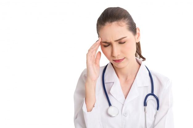 Portrait de femme médecin isolé sur fond blanc