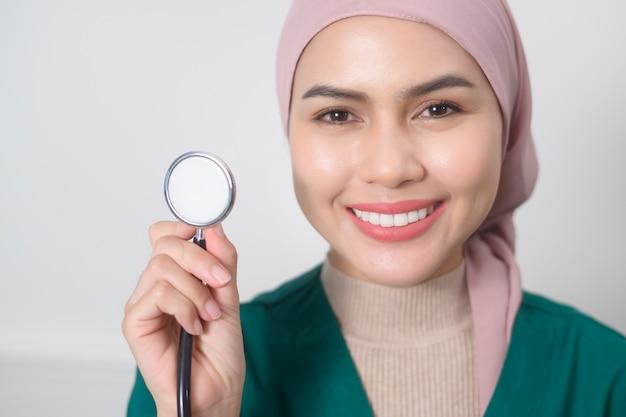 Un portrait de femme médecin musulman avec stéthoscope au bureau.