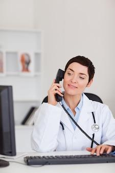 Portrait d'une femme médecin qui passe un coup de téléphone