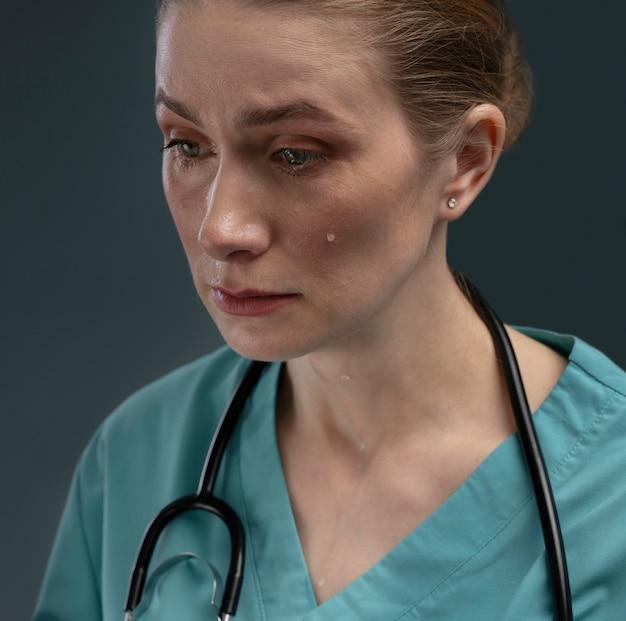Portrait de femme médecin souffrant