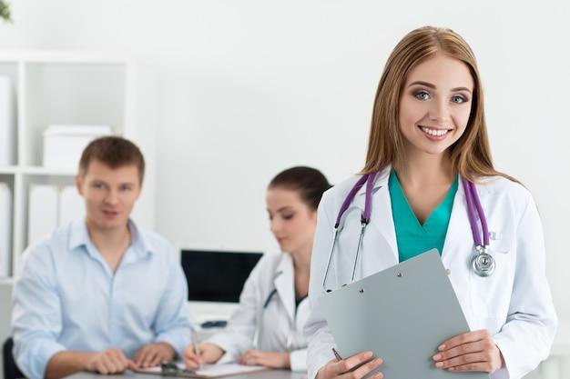 Portrait de femme médecin souriant avec son collègue consultant patient masculin. concept de soins de santé et de médecine.