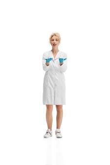 Portrait de femme médecin en uniforme blanc et gants bleus sur fond blanc
