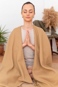 Portrait femme méditant