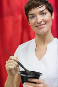 Portrait de femme, mélanger la couleur des cheveux sur fond rouge