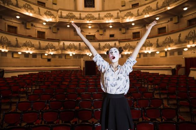 Portrait de femme mime levant ses mains en levant les yeux