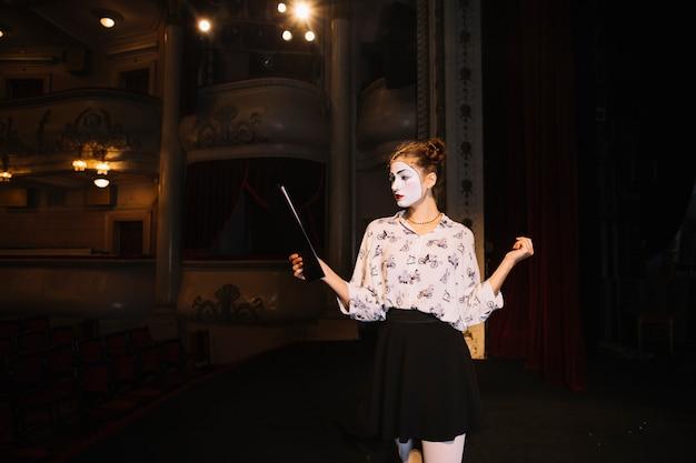 Portrait de femme mime répétant sur scène