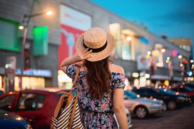 Le portrait de femme de mode de jeune fille assez branchée posant dans la ville en europe