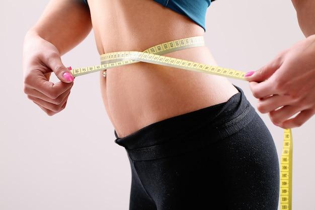 Portrait d'une femme montrant sa perte de poids