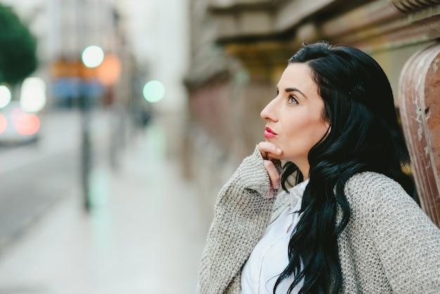 Portrait d'une femme mûre réfléchie avec des doutes.