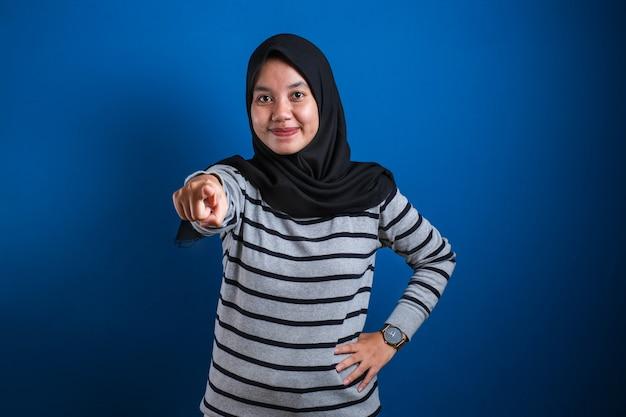Portrait d'une femme musulmane asiatique portant le hijab pointant vers la caméra comme si vous choisissiez un geste, concept d'embauche de recrutement d'entreprise