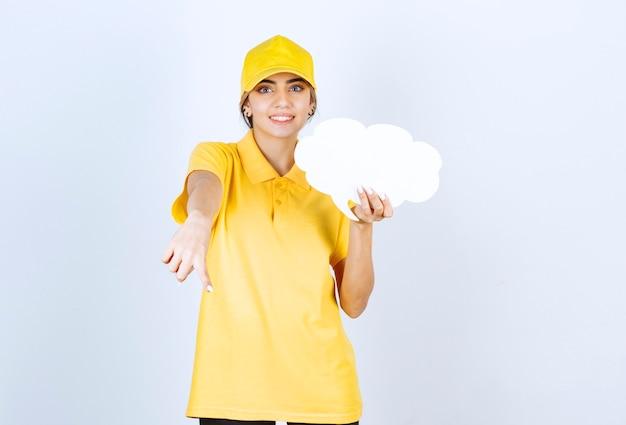Portrait d'une femme avec un nuage de bulle blanche vide pointant vers le bas.