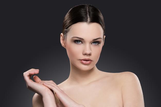 Portrait de femme nue pour le concept de soins de la peau