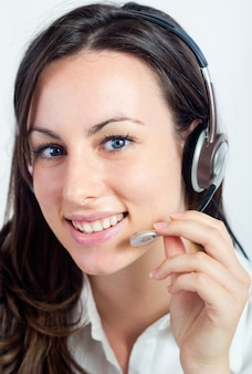 Portrait d'une femme opérateur du centre d'appels