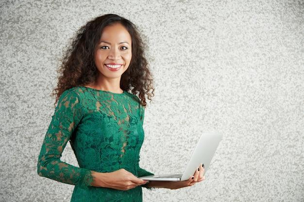 Portrait de femme avec ordinateur