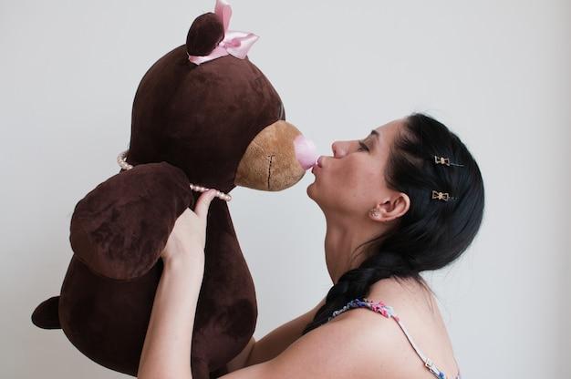 Portrait de la femme avec l'ours en peluche