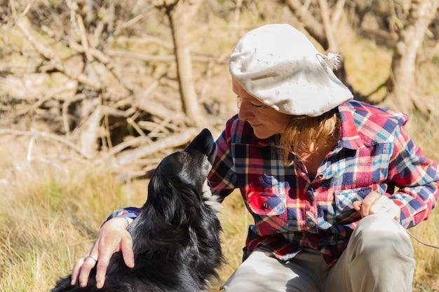 Portrait d'une femme ouvrier agricole avec son chien