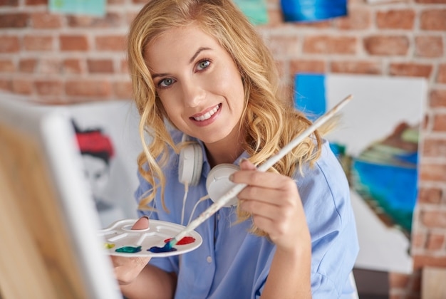 Portrait de femme avec palette et pinceau