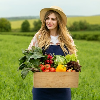 Portrait femme avec panier de légumes