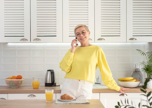 Portrait femme parlant sur mobile