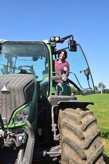 Portrait, femme, paysan, tracteur