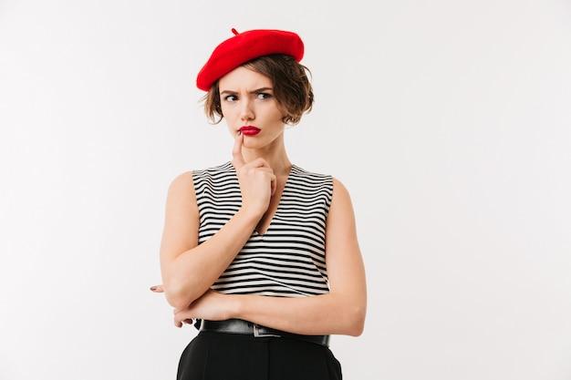 Portrait d'une femme pensive portant un béret rouge