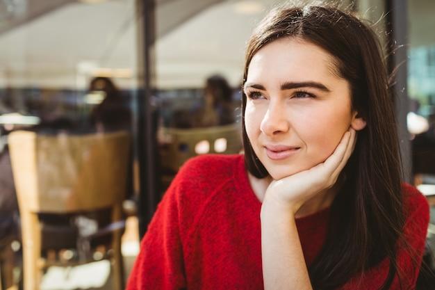 Portrait de femme pensive