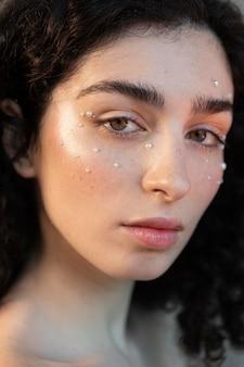 Portrait femme avec perles composent