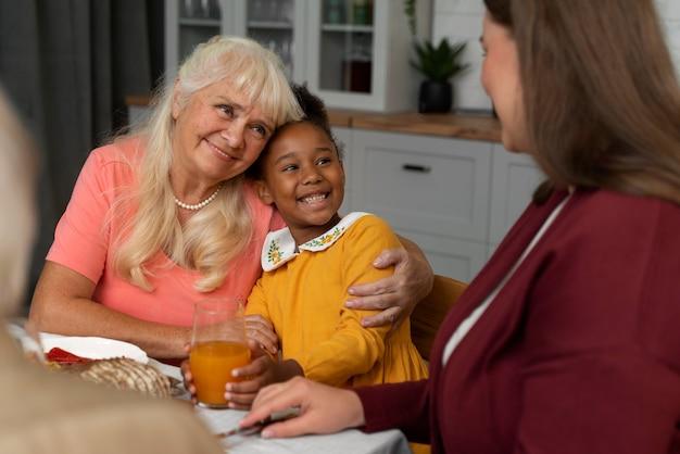 Portrait de femme et de petite-fille le jour de thanksgiving