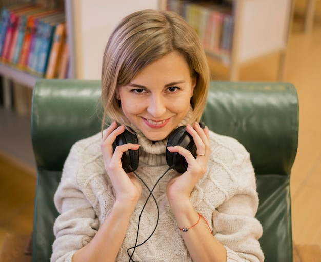 Portrait de femme photogénique portant des écouteurs
