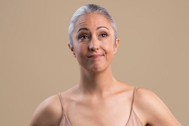 Portrait de femme plus âgée douteuse