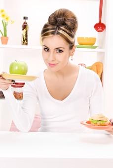 Portrait de femme avec pomme verte et sandwich