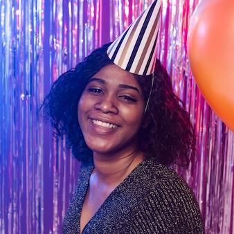 Portrait de femme portant un chapeau de fête