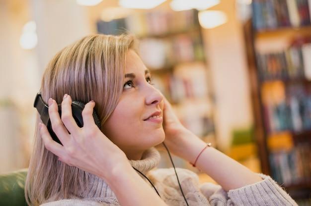 Portrait de femme portant des écouteurs en levant