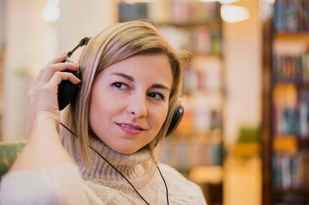 Portrait de femme portant des écouteurs