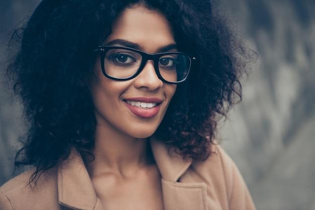 Portrait femme portant des lunettes et un chapeau