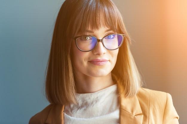 Portrait de femme portant des lunettes