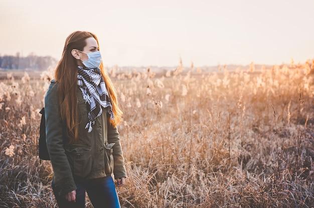 Portrait de femme portant un masque médical